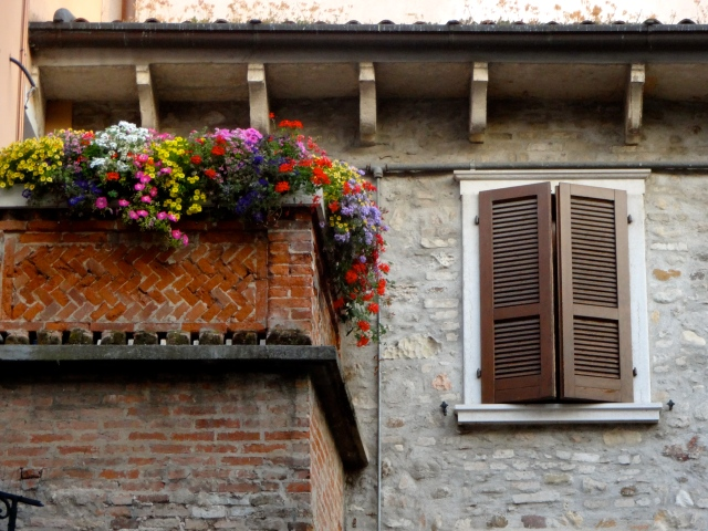 I'm displaying my weakness for taking photos of cute balconies:)